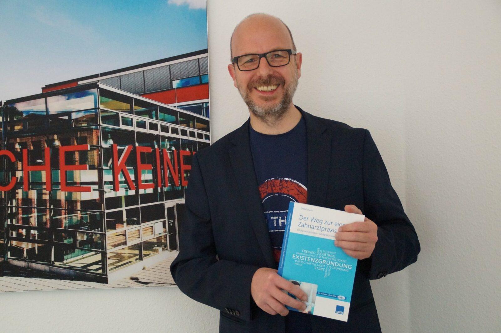 Detlef Diehr mit Fachbuch