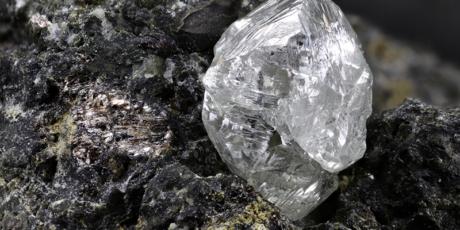 Natürlicher Diamant mit Kimberlit, Rohdiamant